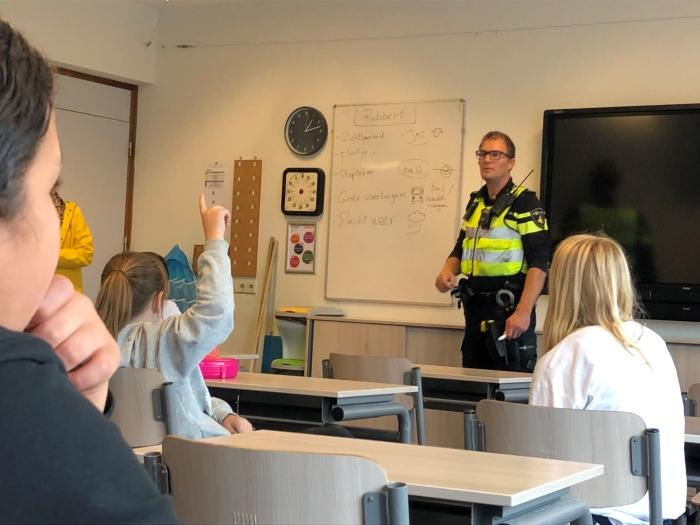 Leerling volgen training van wijkagent tot verkeersbrigadier.