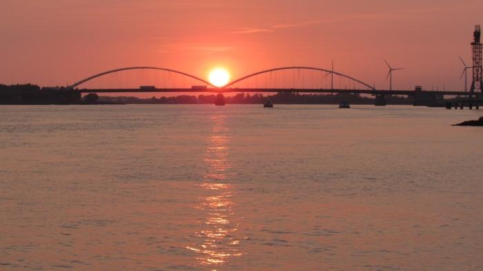 zonsondergang boven merwedebrug