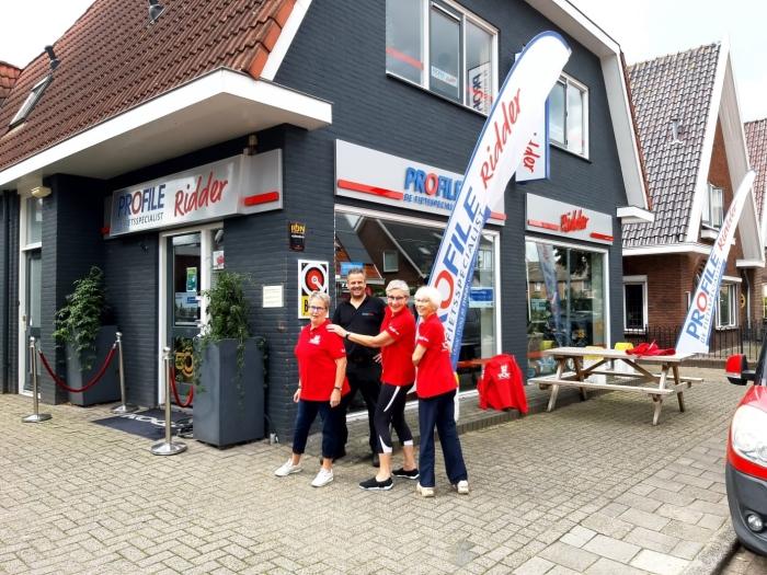 Dames van VOEK tonen shirts aan Henk Ridder van Profile Ridder
