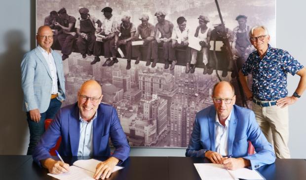 <p>Hans Koopman (directeur Kelderman Bouw en voorzitter Jan Vellinga (EIJV) ondertekenen de vijf jaar lopende overeenkomst.</p>