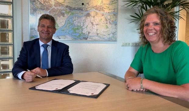 <p>Donderdag 10 september hebben burgemeester Dirk Heijkoop namens de gemeente en Ciska van Herwijnen namens Buurttoezicht een samenwerkingsconvenant ondertekend.</p>