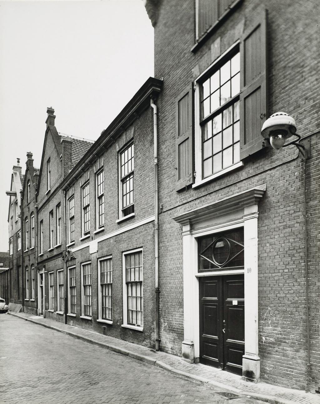 Hoofdingang Sint Jacobs Godshuis aan de Hagestraat 10.  Eigen Foto © BDU media