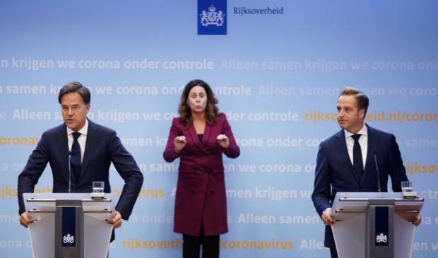 <p>Premier Mark Rutte en minister Hugo de Jonge (Volksgezondheid, Welzijn en Sport) tijdens een persconferentie over de huidige stand van zaken omtrent het coronavirus in Nederland.</p>
