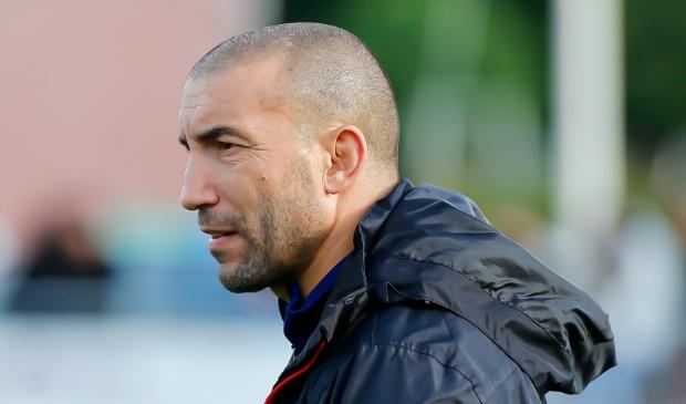 <p>Trainer Mohammed Mouhouti ziet een technisch vaardige speler onverwachts vertrekken.</p>