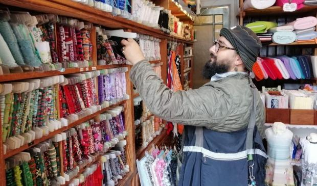 <p>Arash Fakhim zoekt naar stoffen voor zijn driedimensionale schilderijen van textiel.</p>