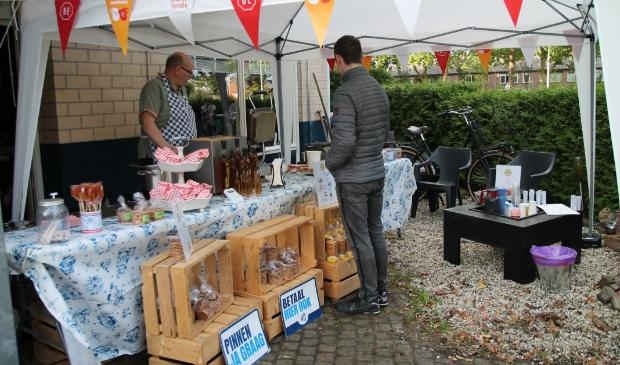 <p>Rudie Veldhuizen achter zijn verkooppunt &nbsp;van zijn Wombargse Stroopwafelbackerij. </p>