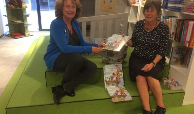 <p>Elly Folkerts van Stichting Meerwaarde krijgt een boekje van Jeanne Thecla van boekhandel Stevens.</p>