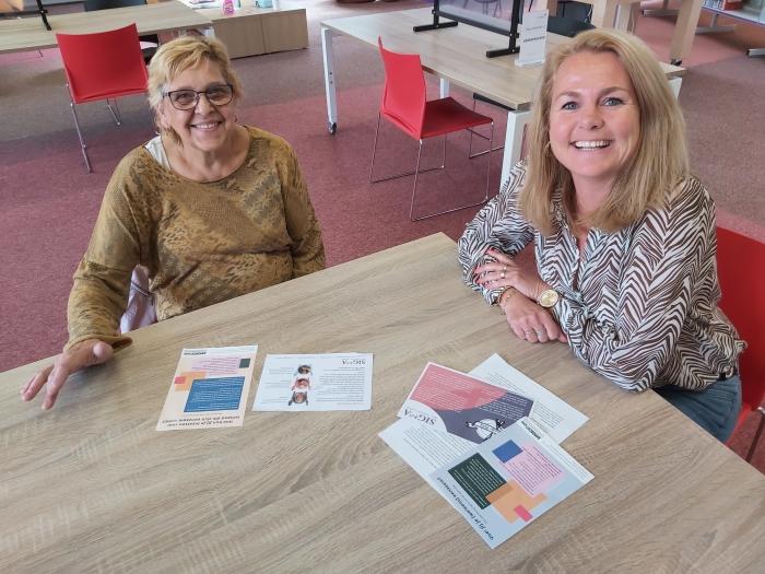 Taalambassadeur Bibliotheek Nijkerk, Wil Smit, helpt Wendy van Wee consulent vrijwilligerswerk van Sigma om betere flyers te maken.
