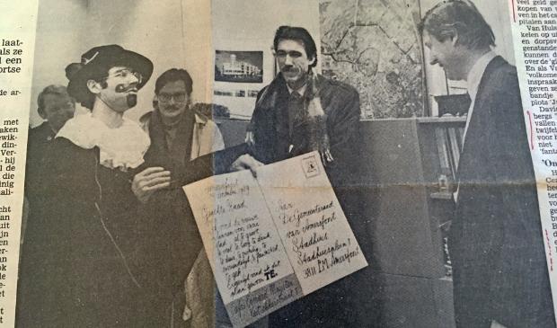 <p>Strijders van het eerste uur tegen het Centrumplan, Daan van Hulst (links verkleed als Everard Meyster) en At Ypenburg, (in het midden) bieden wethouder Fons Asselbergs een bezwaarschrift aan. (De Amersfoortse Courant 10 januari 1990).</p>