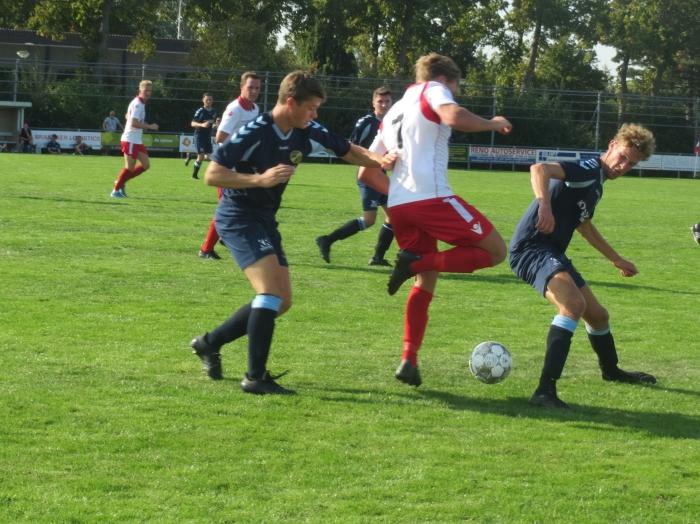 Lex de Gier (7) gaat tussen Perkouw spelers door Teus Stam © BDU media
