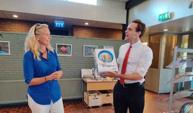 <p>Heleen van Ketwich Verschuur overhandigt het spel aan wethouder Van Ballegooijen.</p>