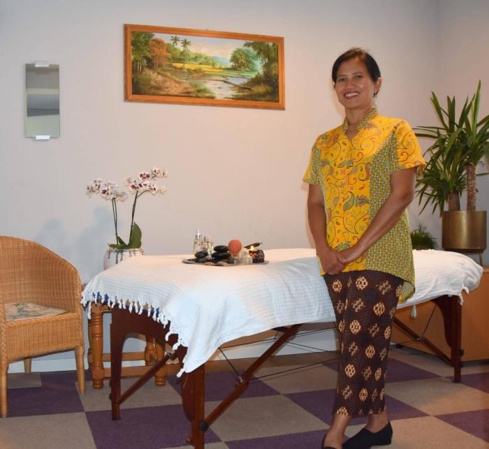 Ellie Staal in haar massagepraktijk