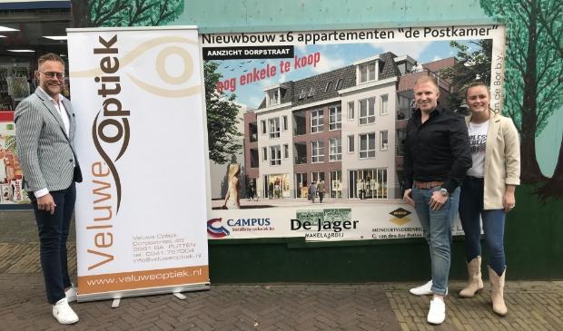 (vlnr) Richard Tamminga, Niels Vijge en Joyce van Meerveld bij de nieuwe locatie van Veluwe Optiek.