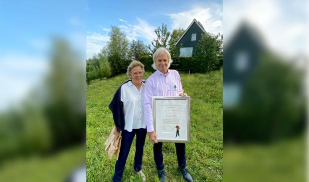 <h2>Henk van Ravenhorst met de oorkonde, behorend bij deze Penning van Verdienste </h2>
