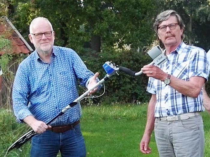 Cees Jan Spijker (HVL) neemt de metaaldetector in ontvangst van Jan van Leuven (D&N)
