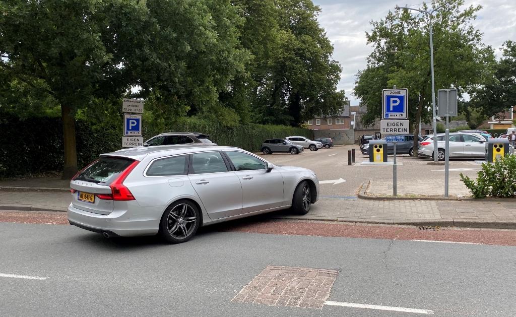 <p>De parkeerplaats van Albert Heijn aan de Eemnesserweg.</p> Baarnsche Courant  © BDU media