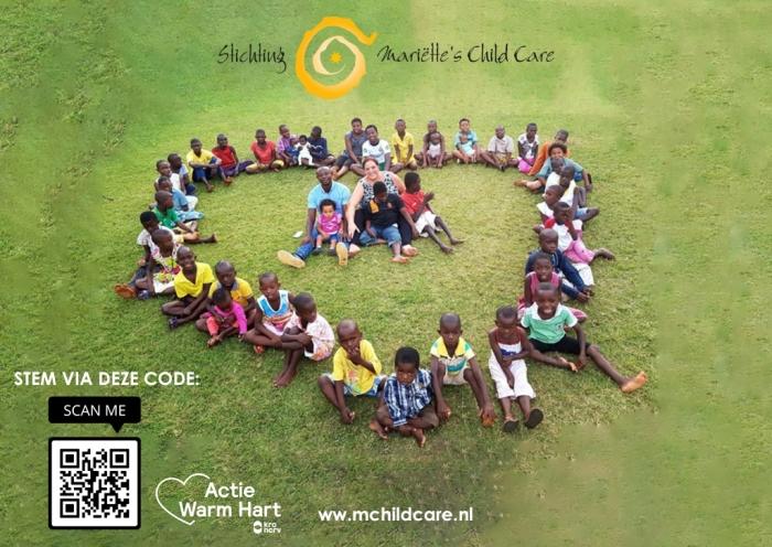 Mariëtte, Moses en de kinderen van kindertehuis Hanukkah in Ghana hopen op veel stemmen. Stem via mchildcare.nl of scan de QR-code op de foto
