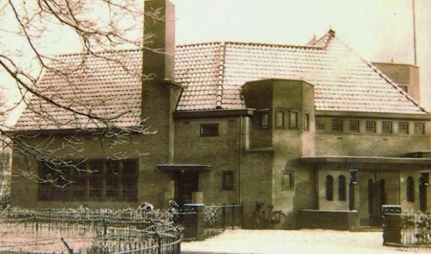 <p>Het gebouw van Christelijk Belangen, rond 1928, aan de Leestraat hoek Parkstraat in Baarn. &nbsp;</p>