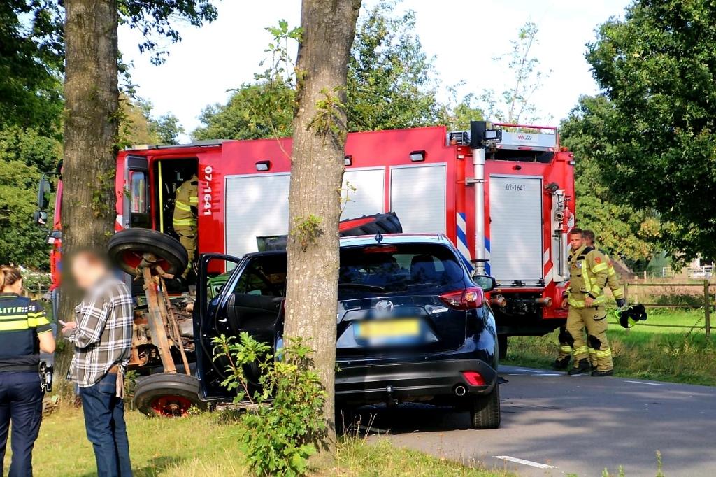 Bij een aarijding in Kootwijkerbroek kwam donderdagmiddag de tractor op de zijkant terecht  Aber Media © BDU media
