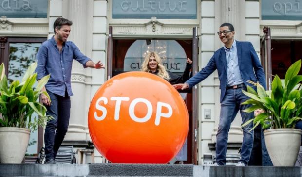 <p>Ambassadeurs van Stoptober 2020, Rick Brandsteder, Estelle Cruijff en J&ouml;rgen Raymann, trappen de Stoptober-bal weg als startschot voor Stoptober 2020.&nbsp;</p>