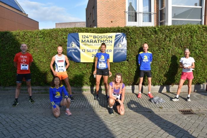 7 deelnemers aan de virtuele marathon van Boston. Geheel rechts winnares Louisa Agosti