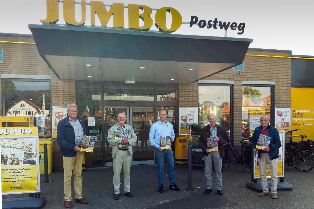 <p>Supermarkteigenaar Mark Daamen (midden) met de vrijwilligers van het Historisch Genootschap Putten.</p>