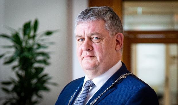 <p>Burgemeester Henk Lambooij. ,,Ik heb inmiddels zelfs een stappenteller.&#39;&#39;</p>