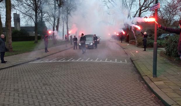 Fans van FC Utrecht bewijzen Jan van Hout de laatste eer.