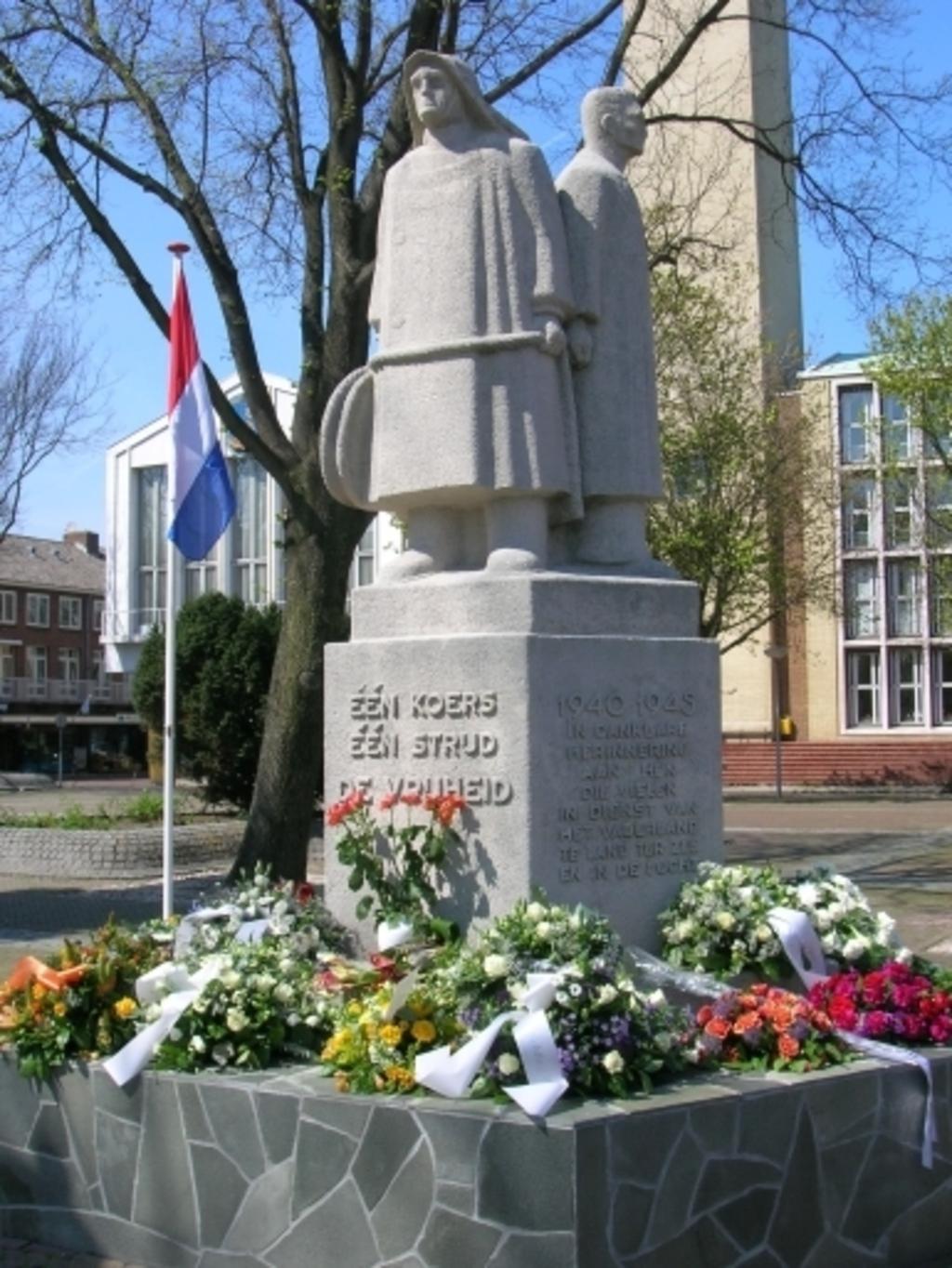 Opname op bevrijdingsdag van het monument op Plein 1945 Gerard van Broekhuijsen © BDU