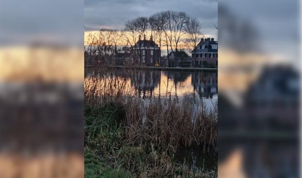 Langs de binnen Amstel, mooi met de statige huizen en de kale bomen. Genomen op 1 januari 2021