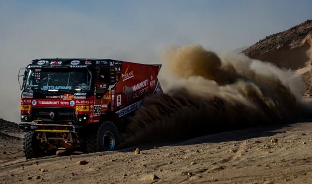 <p>Martin van den Brink op weg naar een zevende plaats in de negende etappe van de Dakar Rally.</p>