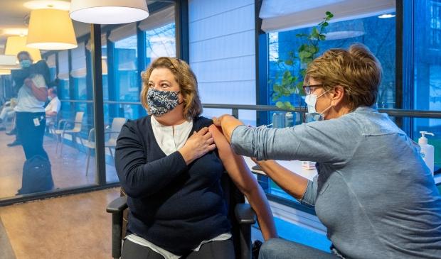 <p>De eerste vaccinatie in het Spaarne Gasthuis</p>
