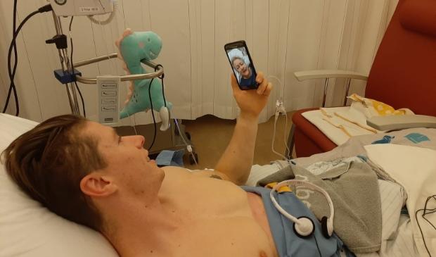 Wilbert in gesprek met zijn schoonmoeder terwijl hij in het ziekenhuis ligt na de transplantatie