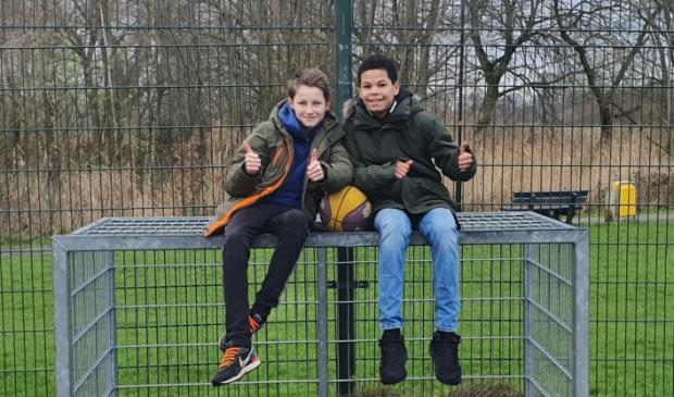 <p>Jayden en Wieger zamelen geld in voor een basketbalveldje in Odijk</p>