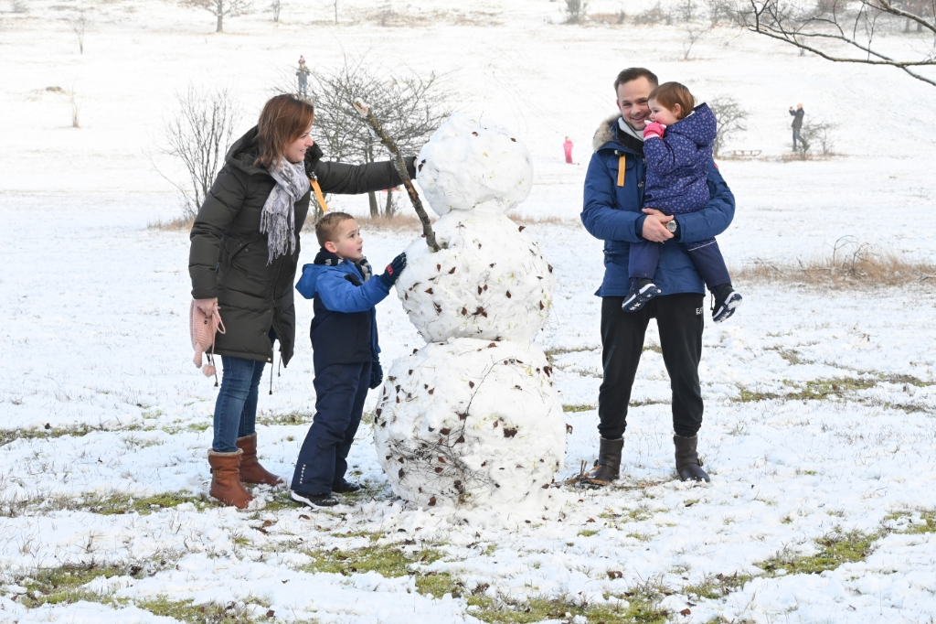 <p>Een sneeuwpop maken in De Paltz. Hoe lang zal hij blijven staan?</p> Jaap van den Broek © BDU media