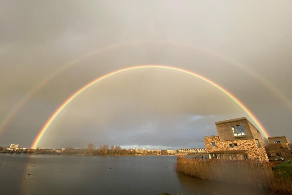 <p>Een prachtige regenboog boven Houten-Zuid</p> <p>Berend-Jan</p> © BDU media