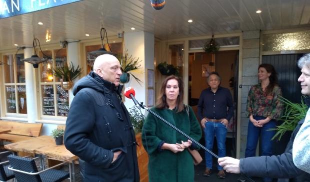 Herman den Blijker en Annemarie van Gaal willen ondernemers Ron Grillet en Miriam de Jong (in de deur) uit de brand helpen.