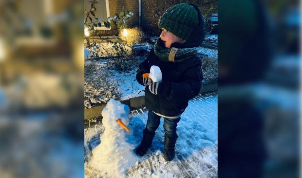 <p>Liam Dekkers maakt een sneeuwpop</p> <p>Chantal Spruijt</p> © BDU media