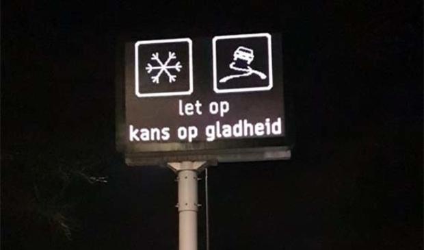 <p>Digitaal mededelingenbord langs de weg waarschuwt bij gladheid.</p>