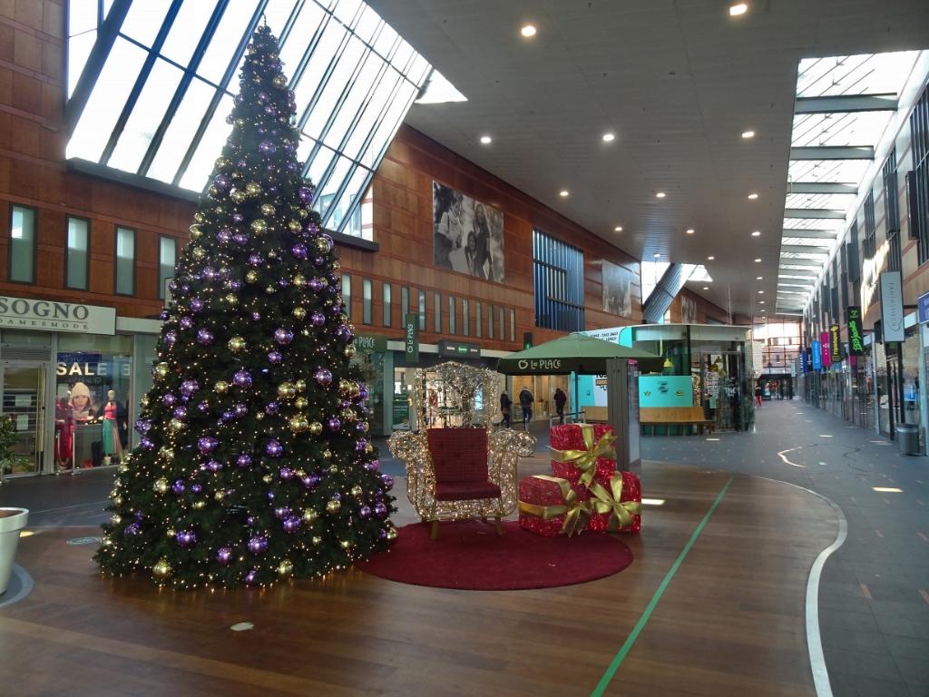 Kerstboom in winkelcentrum  Willem ten Veldhuys © BDU media