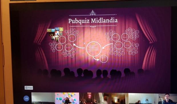 Iedereen zit klaar om te beginnen met de online pubquiz!