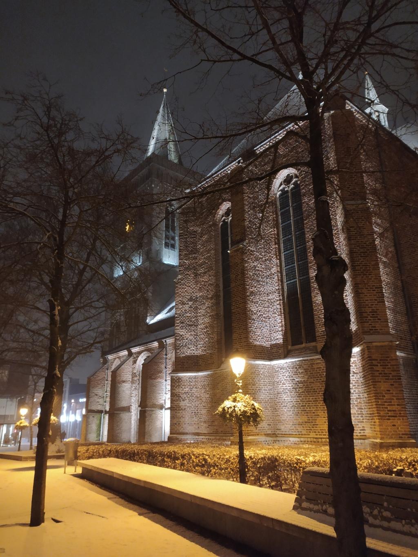 Een foto in de sneeuw gemaakt bij de oude kerk in Ede.  Rein Romeijn © BDU Media