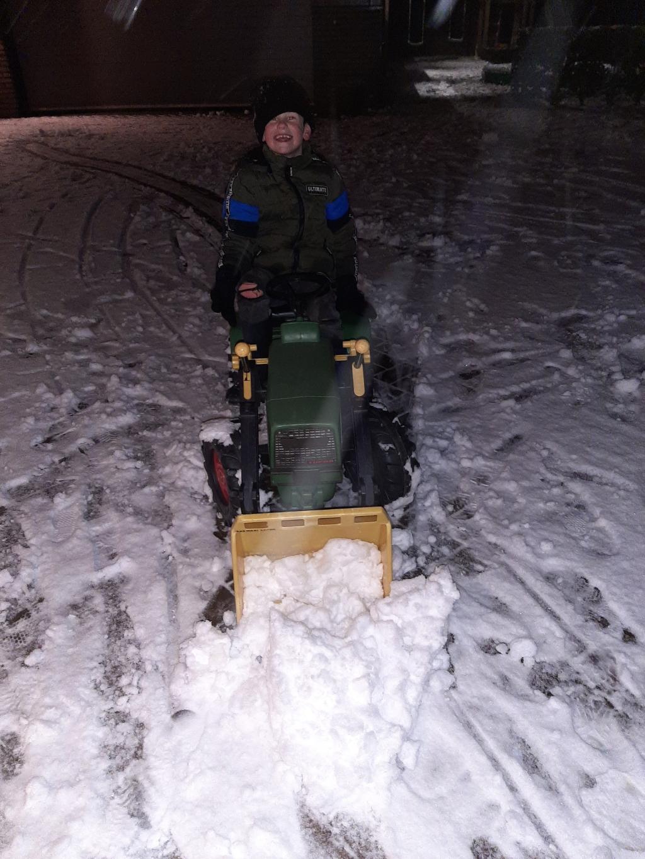 <p>Sneeuwschuiven net zoals opa die dat met de vrachtwagen in het echt deed.</p> Lysanne Simonsz © BDU Media