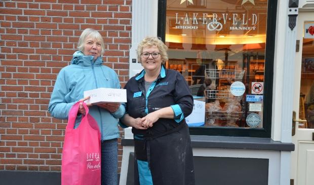 Anne van der Velden neemt bij Lakerveld de prijs in ontvangst