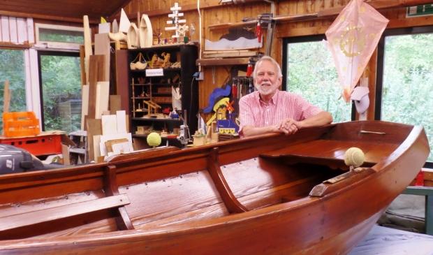 <p>Henk Morel bij een van de boten in het gebouw van De Uiterton.</p>