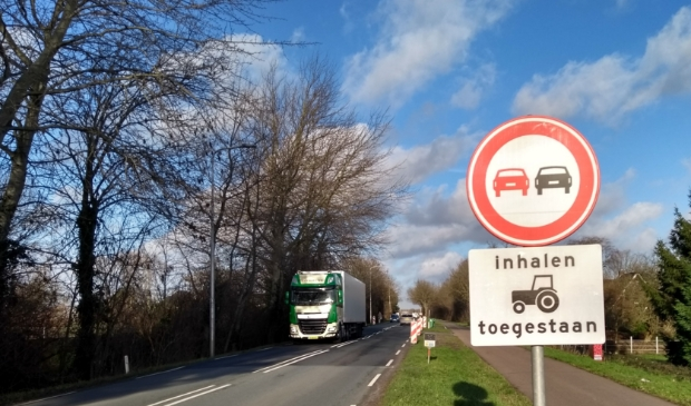<p>Het vrachtverkeer neemt volgens omwonenden toe op de Legmeerdijk</p>