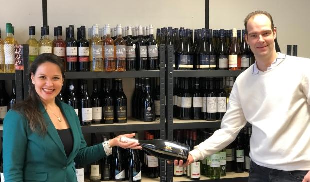 <p>Kevin ontvangt de prijs uit handen van Judith Meinders-Blume van 3W Wijnen</p>