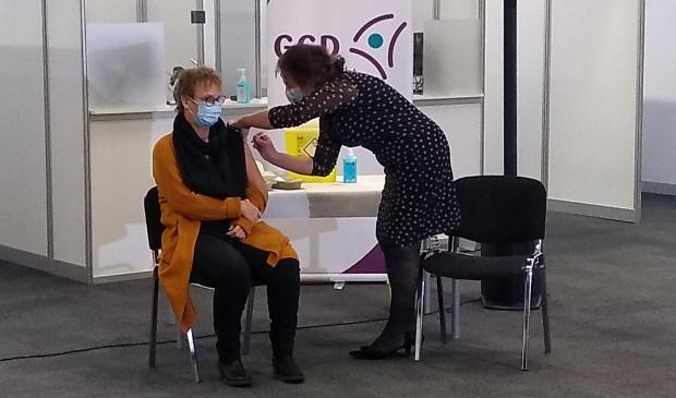 <p>Medewerker van de GGD Clara zette vandaag de eerste COVID-19 vaccinaties bij Expo Houten.</p>