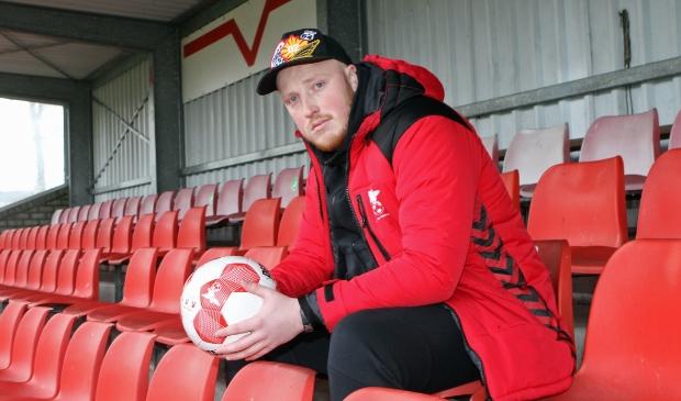 <p>Joshua van den Berkt op de tribune bij zijn nieuwe club, De Valleivogels.</p>