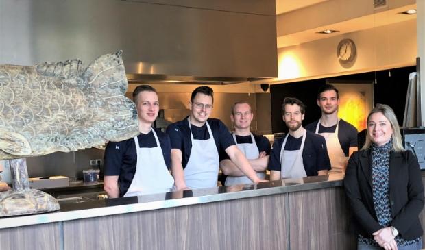 Tanja Klok met een deel van het ambitieuze team dat van ieder gerecht een feestje maakt.
